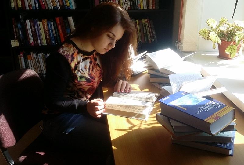 """Фото в номинацию """"Люблю читать в библиотеке"""" Александра, студентка 1 курса НГПК"""