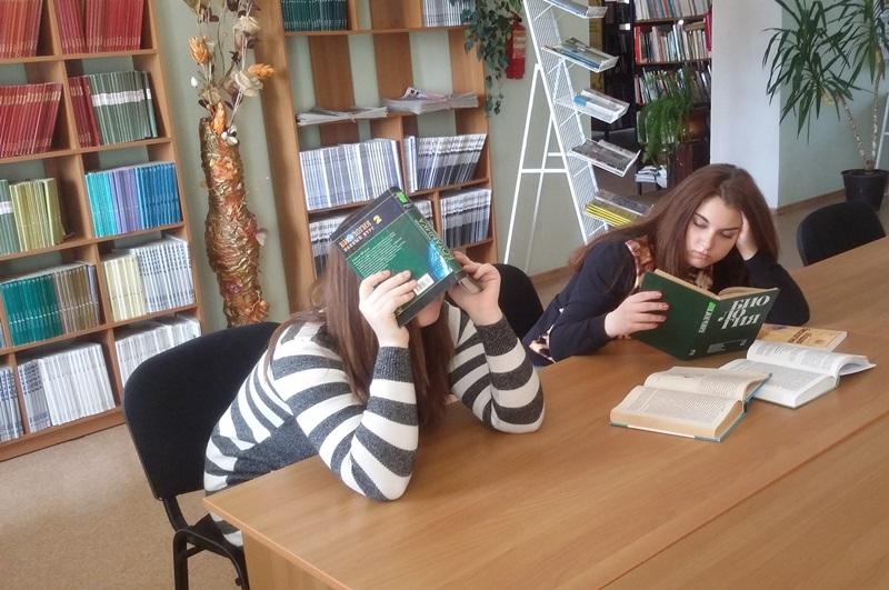 """Фото в номинацию """"Люблю читать в библиотеке"""" Александра и Валерия, студентки 1 курса НГГПК"""