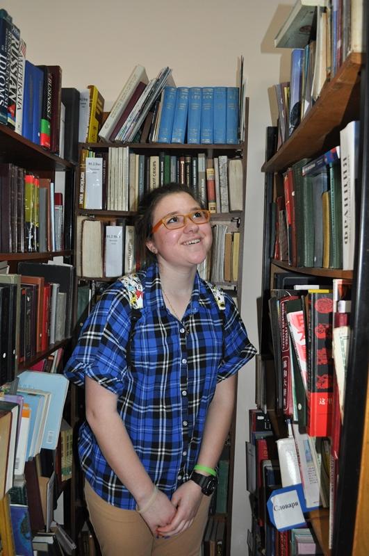 """Фото в номинации """"Библиотека в кадре"""", Ученица 10 класса, школа № 6, на экскурсии в библиотеке"""