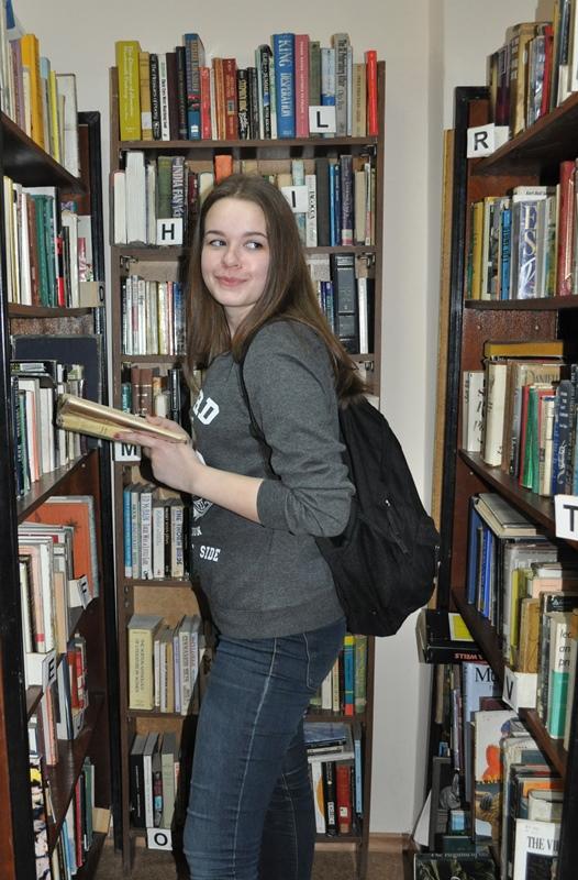 """Фото в номинацию """"Библиотека в кадре"""" Ученица 10 класса, школа № 6. На экскурсии в библиотеке"""
