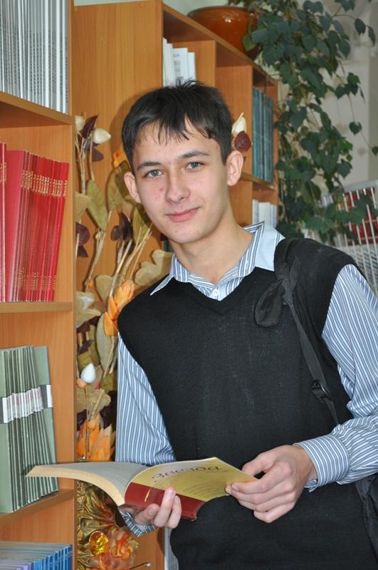 """Фото в номинацию """"Библиотека в кадре"""" Ученик 10 класса, школа № 6. На экскурсии в библиотеке"""