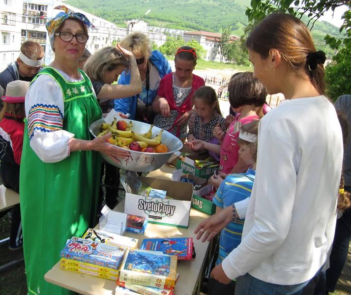 Библиотекарь детской библиотеки № 14 Галина Кривоножко в образе и на природе угощает своих читателей и викториной и фруктами